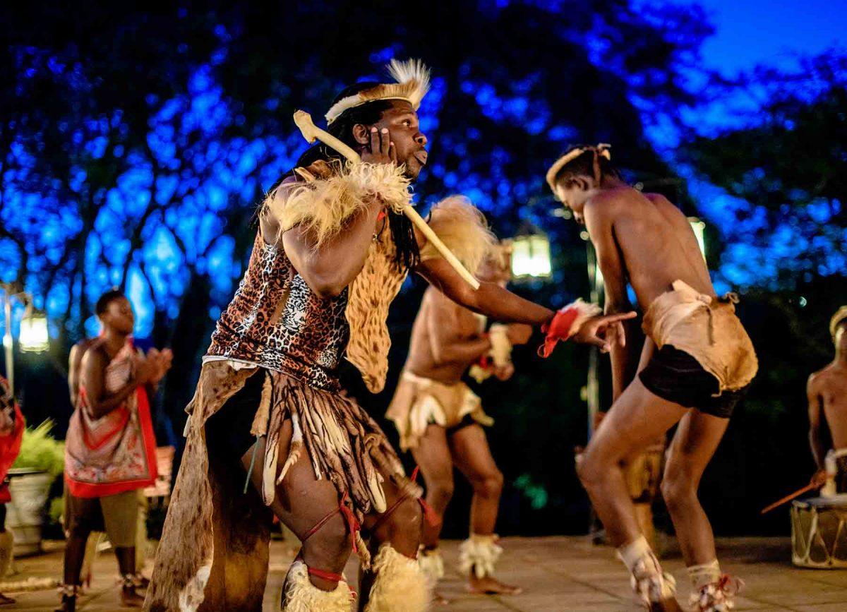 tribal dansen op witte rivier